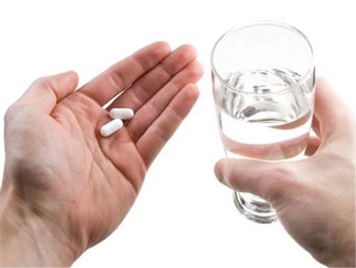 Tại sao phải uống thuốc với nhiều nước